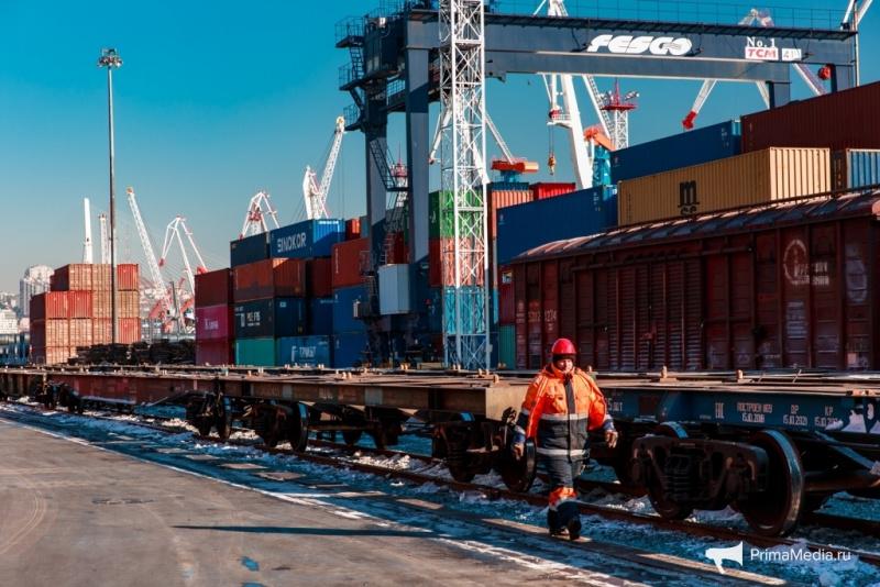 Юрий ТРУТНЕВ поручил федеральным органам власти разобраться в ситуации с задержкой грузов в порту Владивостока.
